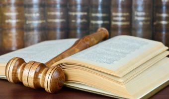 法律書を広げている写真