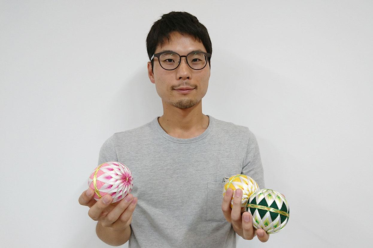 手毬を持つ佐藤さん